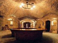 cuevas con una mesa de madera en el interior