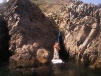 Paddle surf entre rocas