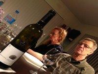 dos personas junto a una botella