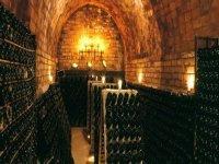 sala llena de botellas de vino