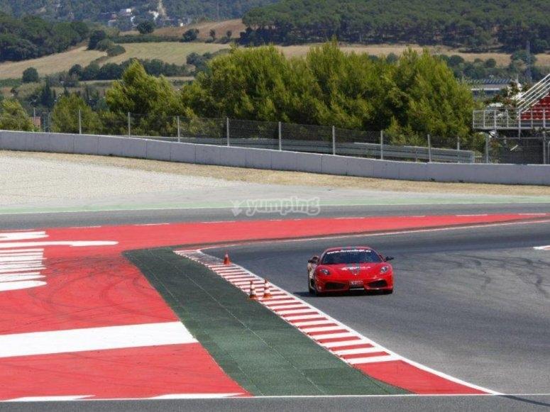 Ferrari rojo en la curva