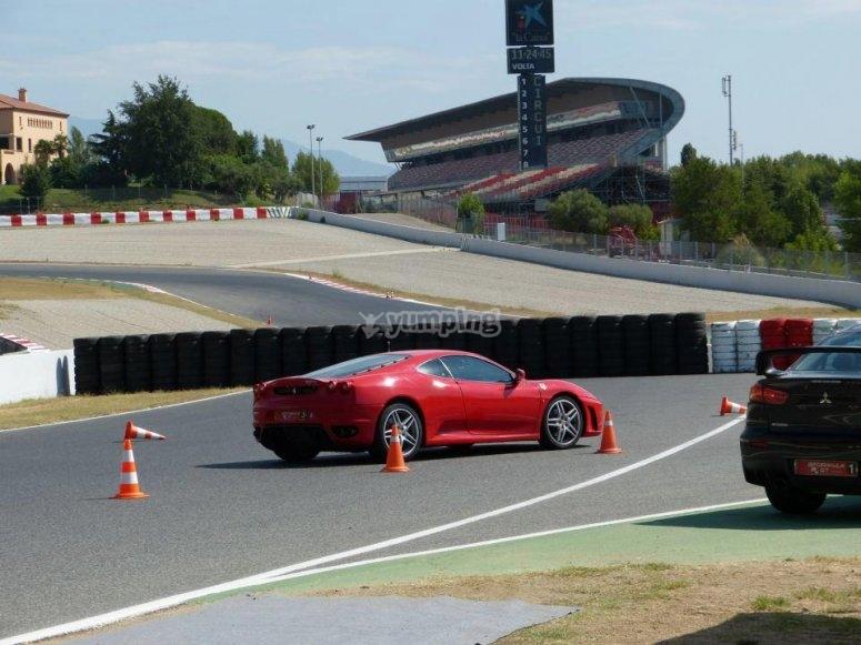 Ferrari tras los conos