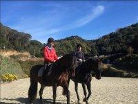 Chicos en la pista a caballo