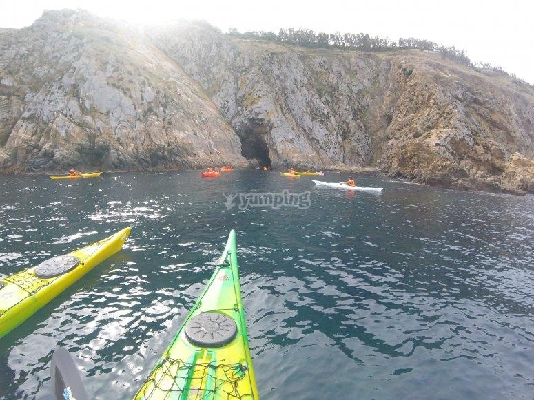 En kayak verde y amarillo