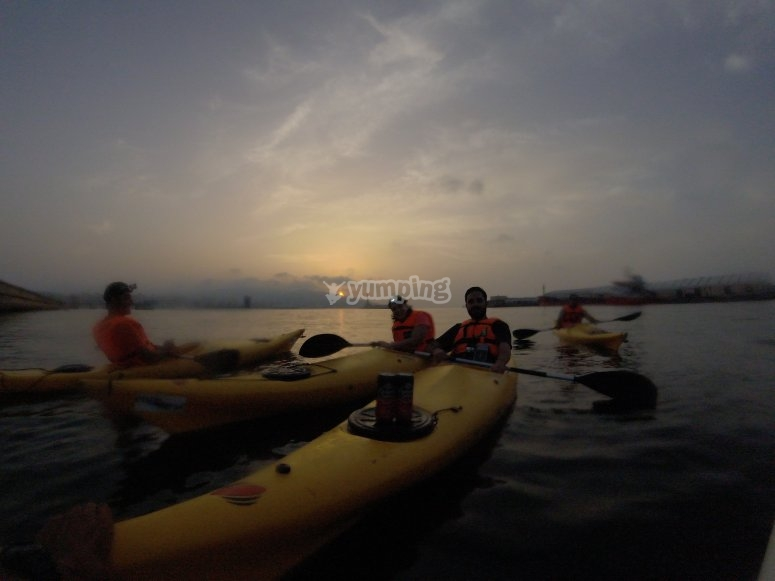 En kayak mientras baja la luz
