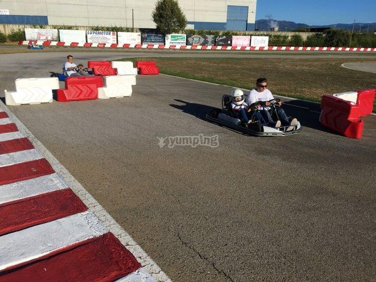 Dos pilotos en el kart