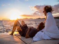 从游艇上欣赏日落