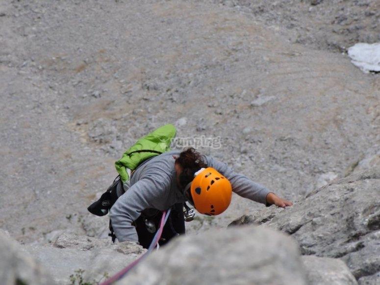 Scendendo dalla parete rocciosa