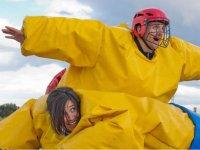 Sumo con trajes amarillos