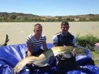 Dos pescadores con siluro