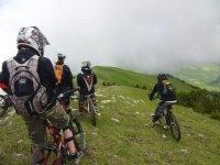 与朋友骑自行车女子自行车路线后放松