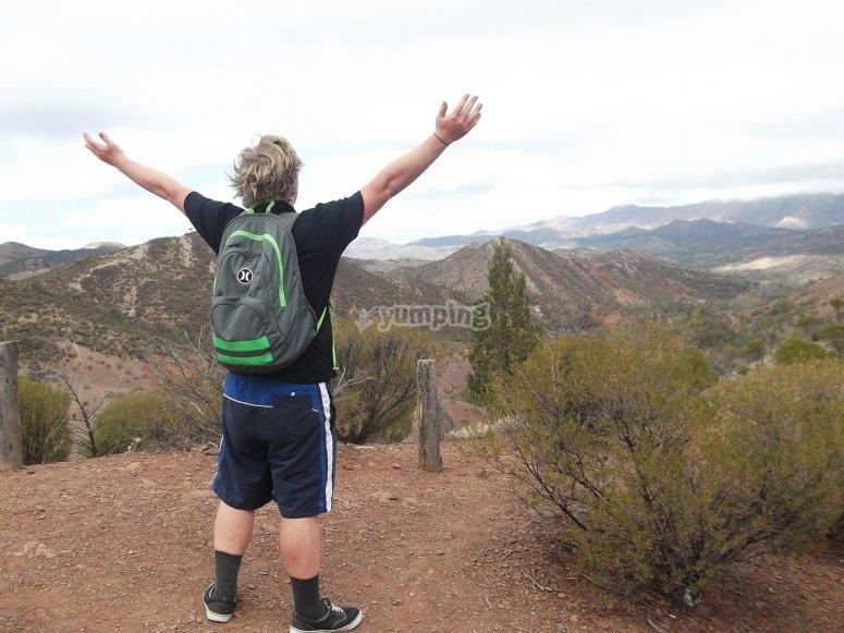 Excursionista con los brazos abiertos