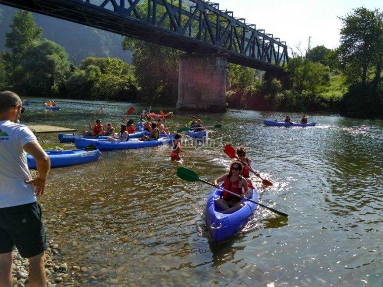 Pasando con los kayaks por el puente