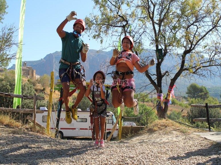 Familia en circuito arbóreo