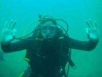 Manteniendose bajo el agua