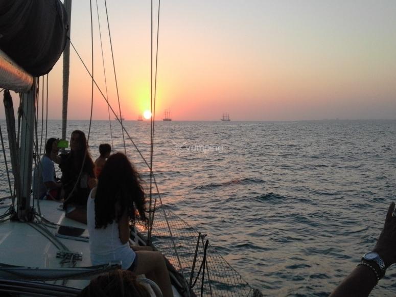 Sol poniéndose frente al velero