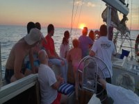 Amigos navegando al atardecer