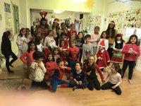 Todos disfrazados en el campamento de navidad