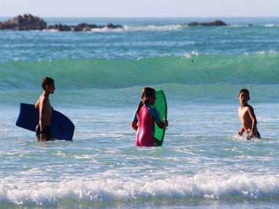 划桨冲浪在巴塞罗那为孩子们