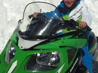 A los mandos de la moto de nieve