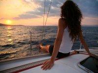 在甲板上放松