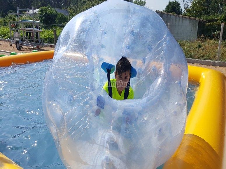 Calcio a bolle in piscina