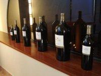 varias botellas de vino en una pared