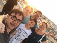 Amigos durante la visita guiada por Sevilla