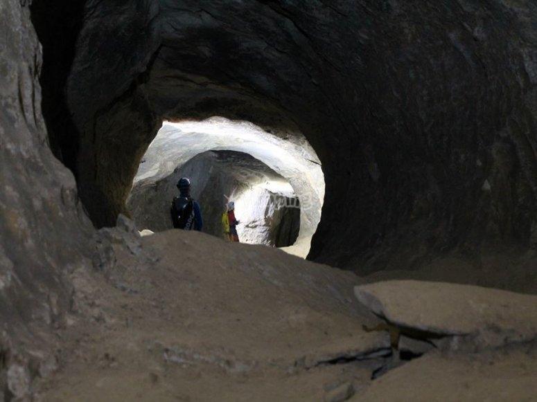 Explorando la cueva en Navarra