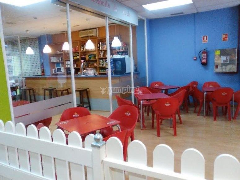 Mesas en el espacio para la cafeteria