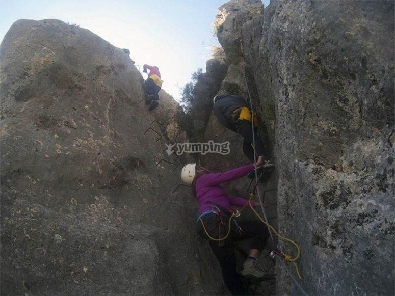 Salita attraverso il muro di roccia