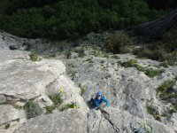 Practicando escalada en Navarra