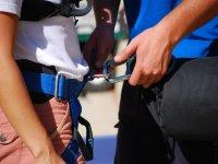 Colocando el equipo de seguridad para el puenting