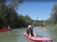 Hundiendo la pala en el rio