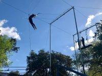 Columpiándose en el trapecio