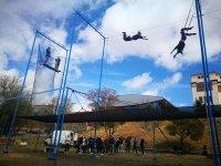 Alumnos admirando a los trapecistas