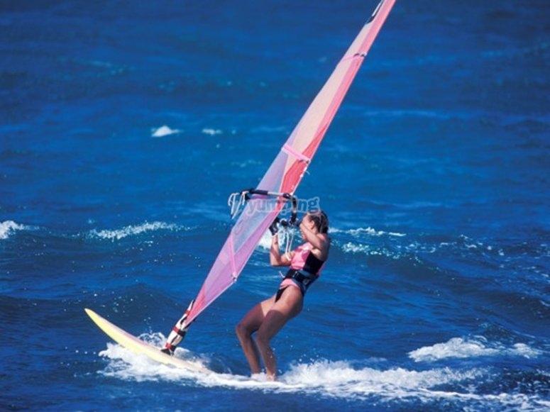 Surcando las olas con tabla de windsurf