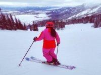 与滑雪板一起下山