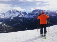 带有滑雪板欣赏Baqueria美景