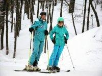 Pareja practicando esquí de fondo