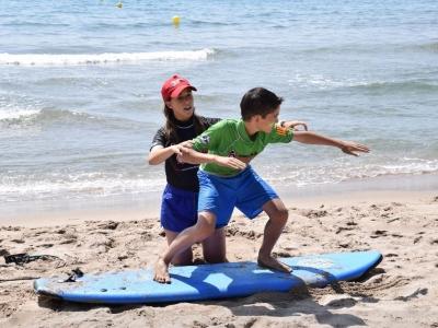 在Castelldefels基础课程中学习冲浪