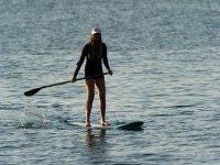 白色标志玻日落表练习桨冲浪在加的斯在加的斯