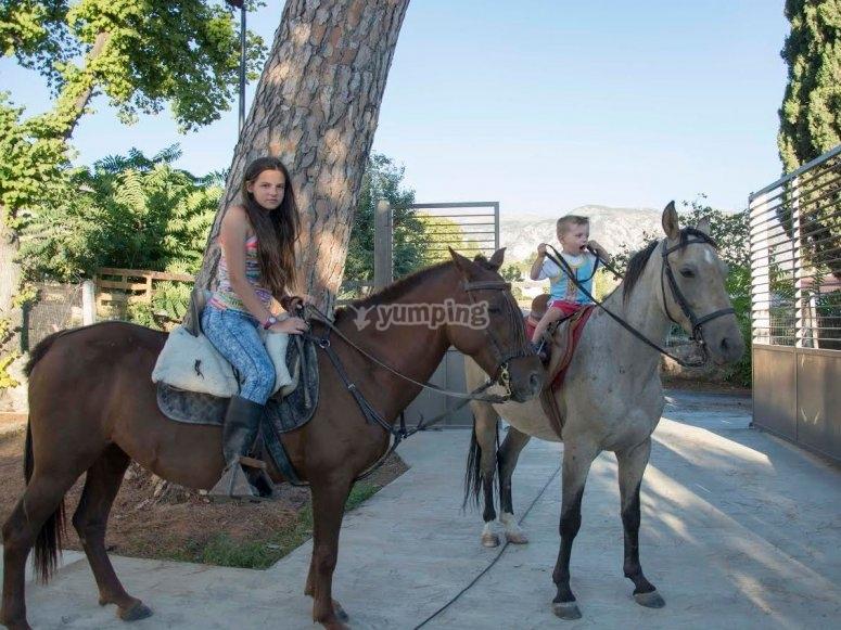 Chica y peque con los caballos