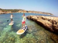 划桨沿Garraf海岸冲浪