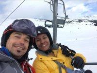 在带显示器的滑雪缆车上滑雪