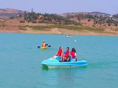 在Pantano delaViñuela租用脚踏船