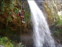 用绳索下降峡谷