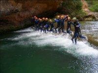 Saltando juntos en la cascada del barranco