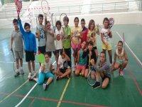 Sosteniendo las raquetas
