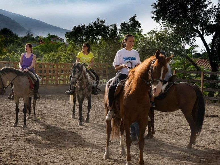 Grupo preparado para la excursion a caballo